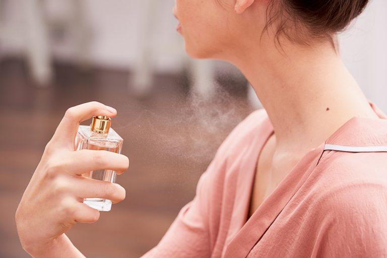 Как правильно наносить парфюм женщине